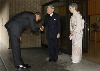Obama bows to Japan's emperor